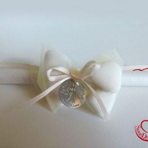 Pergamena con confetti, ciondolo e nastrino bianco