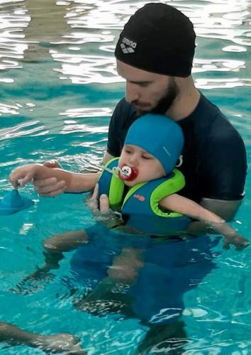 Terapia in acqua per bambini con disabilità